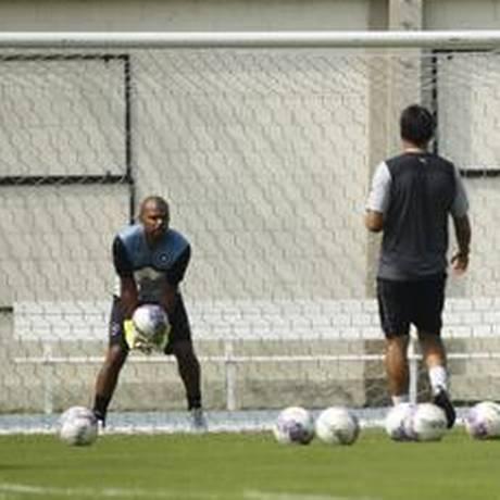 Jefferson treina com bola no campo anexo do Engenhão Foto: Guilherme Leporace / Agência O Globo