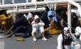 O comandante Mohammed Ali Malek (centro, de branco) foi acusado de homicídio múltiplo pelo naufrágio de um navio perto da costa da Líbia