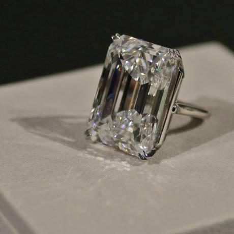 O diamante de 100 quilates que irá a leilão na próxima terça-feira, em Nova York Foto: Mary Altaffer / AP