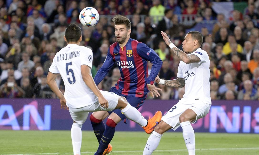 Pique é marcado por dois no jogo entre Barcelona e PSG Manu Fernandez / AP