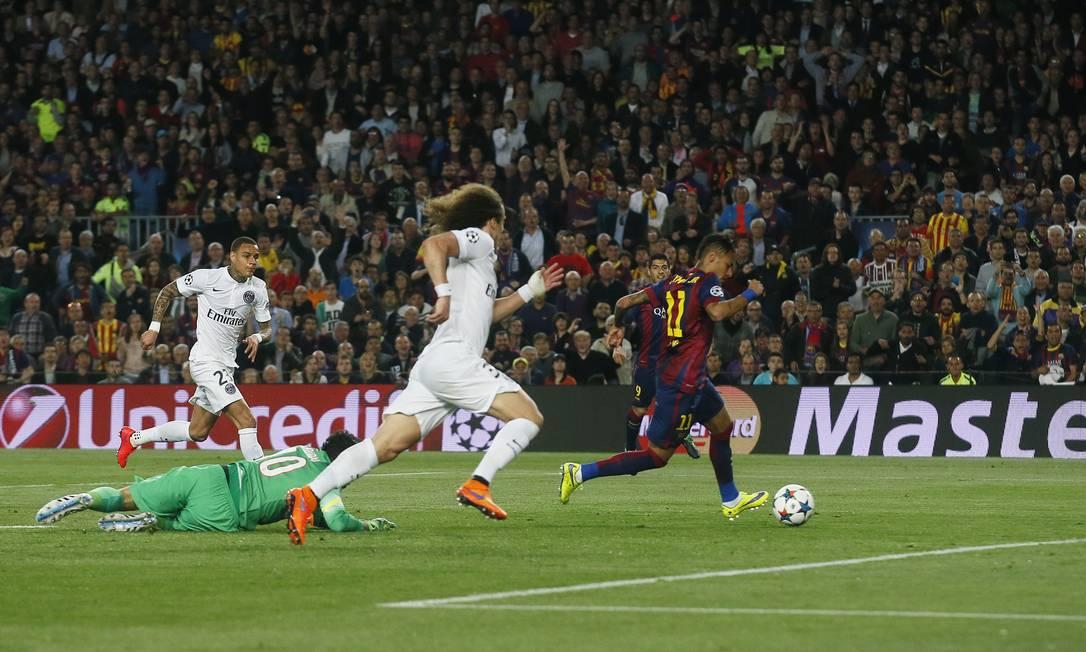 Com o goleiro Sirigu já batido, Neymar toca para gol vazio para abrir o placar para o Barcelona Albert Gea / REUTERS