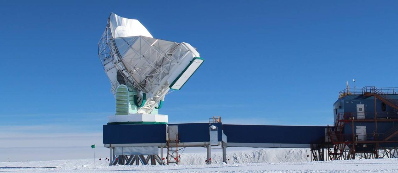 O Telescópio do Polo Sul, observatório radioastronômico com uma antena de dez metros de diâmetro que acaba de ser integrado à rede que pretende criar um equipamento virtual do tipo com o tamanho da Terra Foto: Dan Marrone/Universidade do Arizona