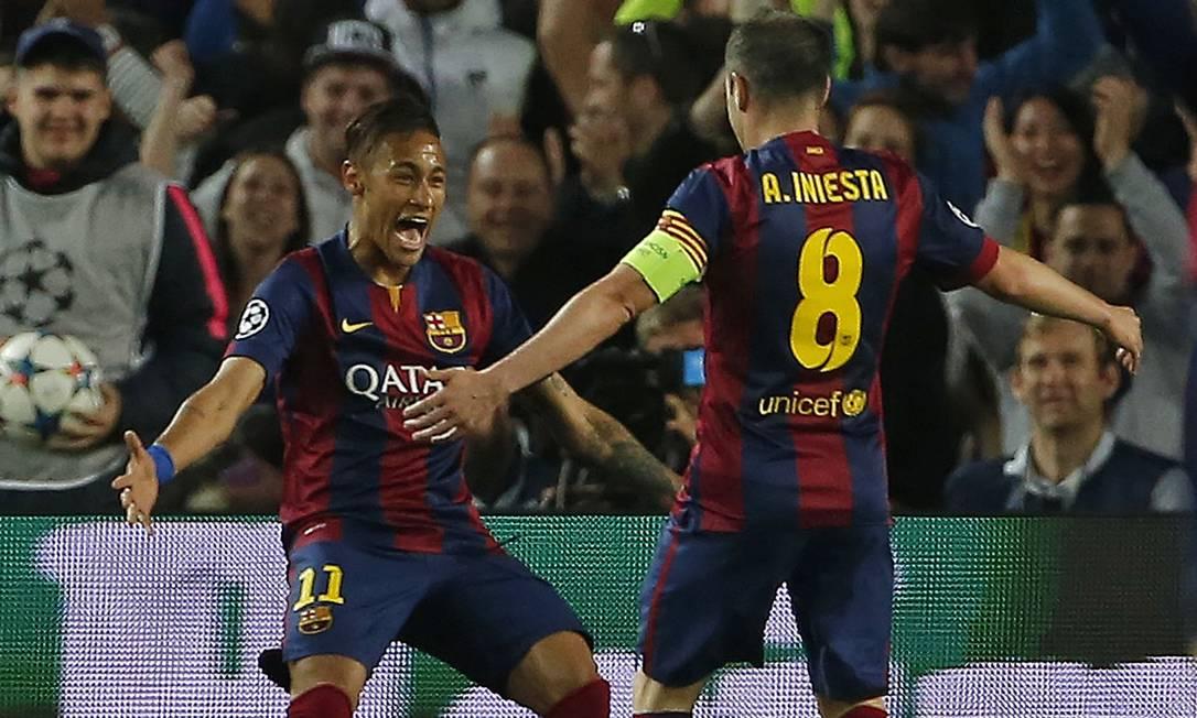 Neymar comemora com Iniesta seu primeiro gol no jogo entre Barcelona e PSG Emilio Morenatti / AP