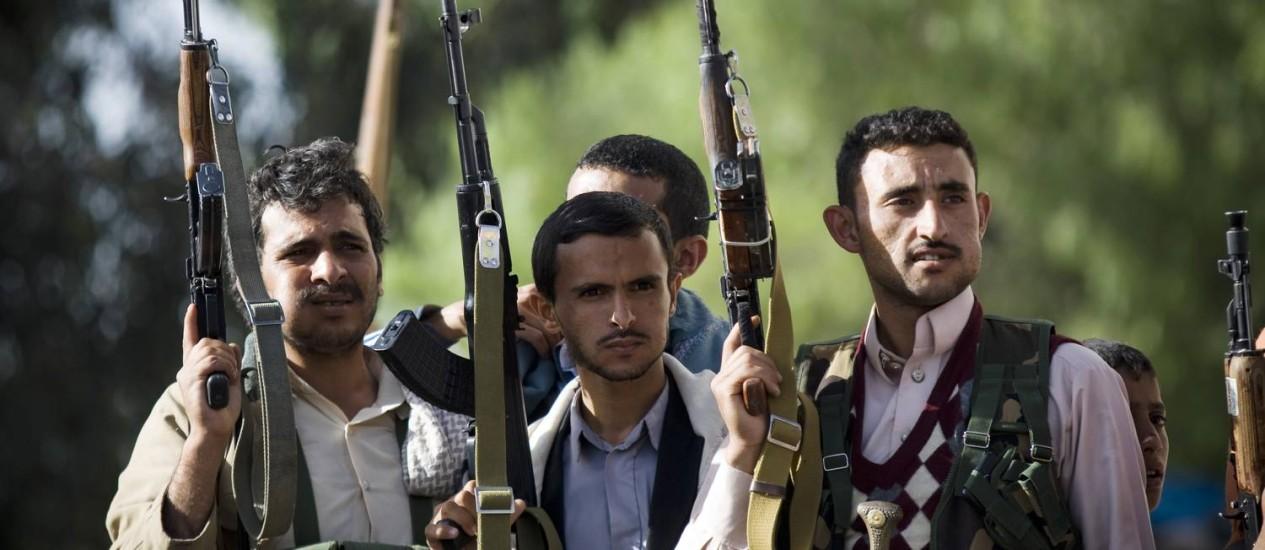 Rebeldes houthis em Sanaa. Coalizão liderada pela Arábia Saudita anunciou início de nova fase no combate à milícia xiita no Iêmen Foto: Hani Mohammed / AP