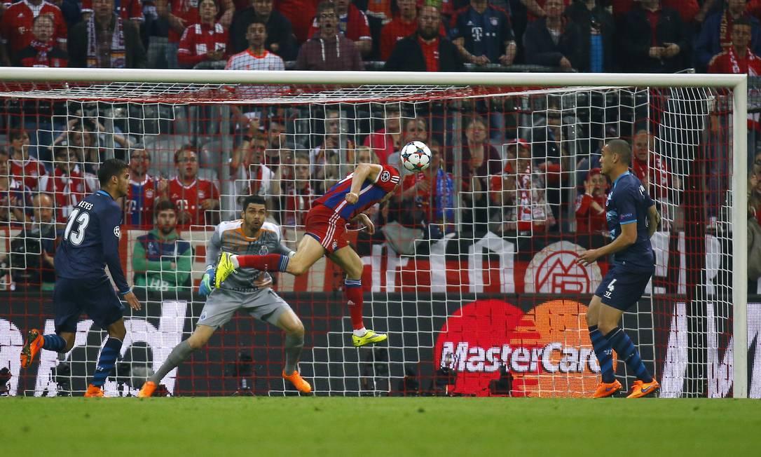 Lewandowski cabeceia para marcar na goleada do Bayern de Munique sobre o Porto Kai Pfaffenbach / REUTERS