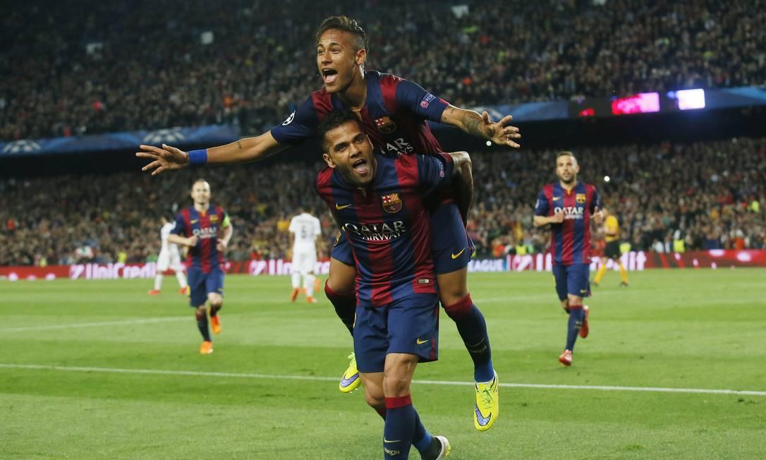 Festa brasileira no Camp Nou após o gol de Neymar com passe de Daniel Alves Albert Gea / REUTERS