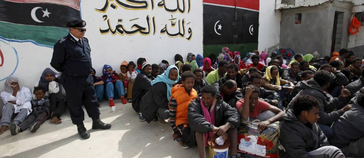 Imigrantes ilegais no centro de detenção Abu Salem, em Trípoli. Governo local prendeu mais de 600 pessoas que tentavam cruzar o Mediterrâneo e chegar à costa da Itália Foto: ISMAIL ZITOUNY / REUTERS