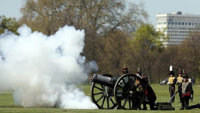 Soldados da Tropa Real de Artilharia Montada durante as celebrações do 89º aniversário da rainha Elizabeth II Foto: CATHAL MCNAUGHTON / REUTERS