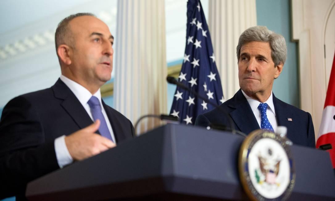 Ministro turco das Relações Exteriores, Mevlut Cavusoglu (esquerda) e secretário americano de Estado, John Kerry, em Washington. Turquia pediu ajuda no combate ao trânsito de jihadistas rumo à Síria Foto: Andrew Harnik / AP