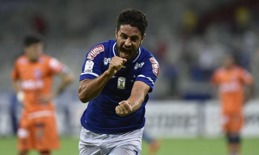 Léo comemora o gol de cabeça que definiu a vitória do Cruzeiro e a classificação para as oitavas de final Foto: Douglas Magno / AFP