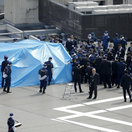 Lona cobre um drone na cobertura do prédio onde fica a residência oficial do premier do Japão, Shinzo Abe Foto: Toru Hanai / Reuters