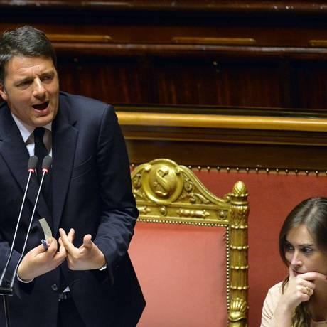 Primeiro-ministro italiano, Matteo Renzi, discursa ao lado de Maria Elena Boschi, ministra das Reformas Constitucionais, na Câmara dos Deputados, em Roma Foto: ANDREAS SOLARO / AFP