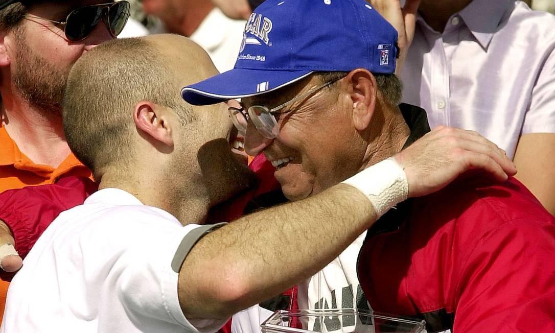 Andre Agassi e seu pai após o 50º título de simples do tenista americano: Emmanuel Agassi (Aghassian), mais conhecido como Mike, foi um famoso boxeador e seus pais fugiram da perseguição otomana Foto: MATT YORK / AP