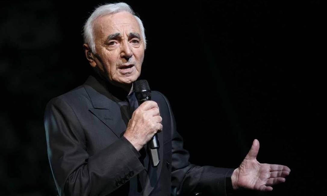 Ainda em atividade aos 90 anos, Charles Aznavour é um dos maiores cantores da história francesa. Nasceu Chahnour Varinag Aznavourian em um subúrbio de Paris filho de um pai que saiu da Geórgia, sendo dono de um restaurante cáucaso, e mãe que escapou do massacre em Smirna. Ainda criança, escondeu o '-ian' e virou cantor. Criou fama ao ser reconhecido pela lenda Édith Piaf Foto: Pierre Verdy / AFP