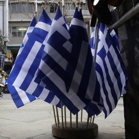 Bandeiras gregas à venda no Centro de Atenas Foto: Petros Giannakouris / AP