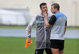Auxiliar de preparação física, Felippe Capella conversa com Marcelo Mattos Foto: Rafael Moraes / Agência O Globo