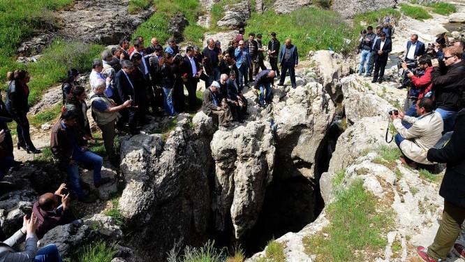 Armênios se reúnem diante de uma fenda em uma montanha perto de Diyarbakir, no Sudeste da Turquia. Acredita-se que o local tenha sido usado como cova coletiva Foto: ILYAS AKENGIN / AFP