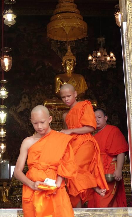 Durante a cerimônia em que noviços viram monges em Wat Pho, em Bangcoc Foto: Marcelo Carnaval / Agência O Globo