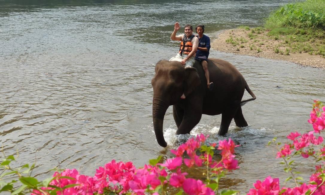 Passeio de elefante em Kanchanaburi, região do Rio Kwai Foto: Marcelo Carnaval / Agência O Globo