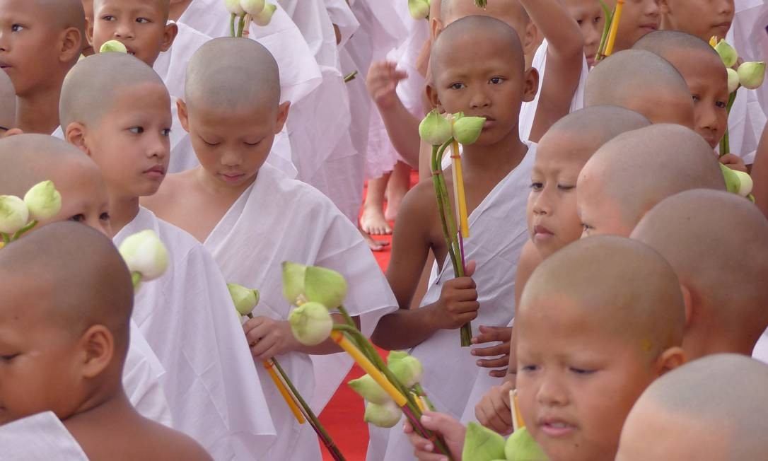 Cerimônia em que noviços viram monges em Wat Pho, conhecido como o Templo do Buda Reclinado, em Bangcoc Foto: Marcelo Carnaval / Agência O Globo