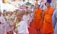 Cerimônia em que noviços viram monges em Wat Pho, templo ao lado do palácio e conhecido também como o Templo do Buda Reclinado.