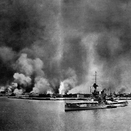 Cidade de Smirna ficou completamente destruída após avanço do Exército turco contra gregos e assírios em 1922 Foto: The Illustrated London News / 30/9/1922, Reprodução