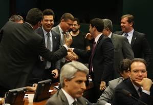Peemedebistas comemoram aprovação na CCJ da PEC que limita o número de ministérios Foto: Ailton de Freitas / Agência O Globo