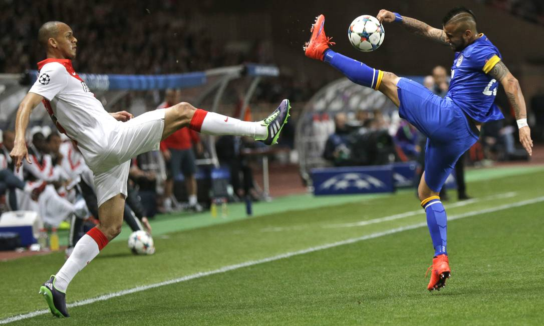 Fabinho, do Monaco (à esquerda), em disputa de bola com Vidal, da Juventus Michel Euler / AP