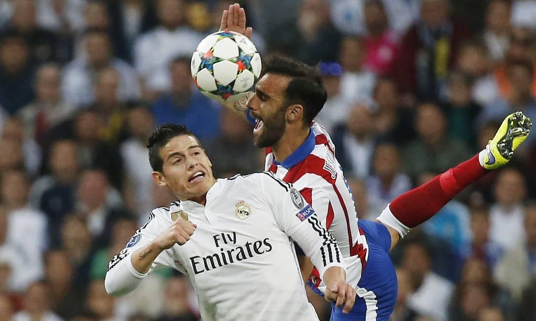 James Rodríguez e Jesús Gámez em disputa pelo alto Juan Medina / Reuters