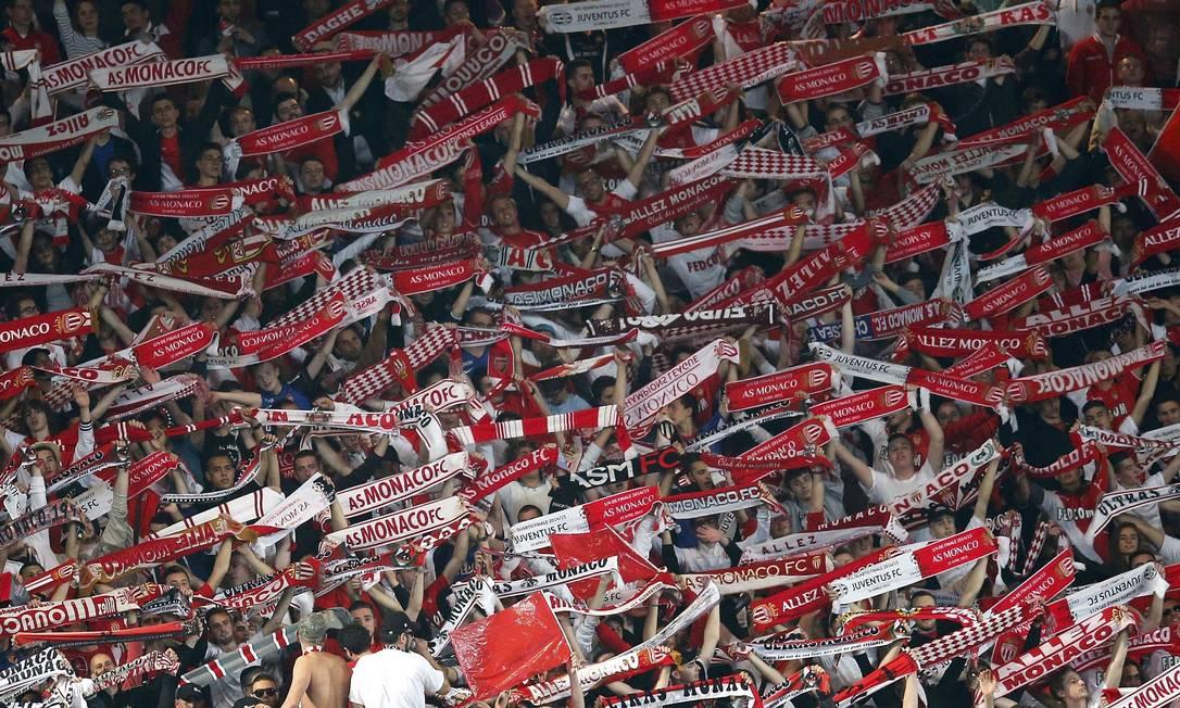 Torcida do Monaco dá apoio ao time no Estádio Louis II JEAN-PAUL PELISSIER / REUTERS