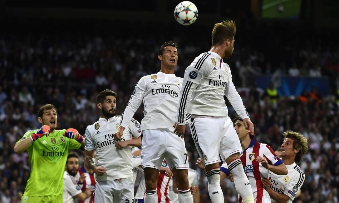 Cristiano Ronaldo ajuda a defesa no clássico entre Real e Atlético PIERRE-PHILIPPE MARCOU / AFP