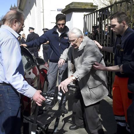O réu Oskar Groening, de 93 anos, saindo do tribunal em Lueneburg Foto: FABIAN BIMMER / REUTERS