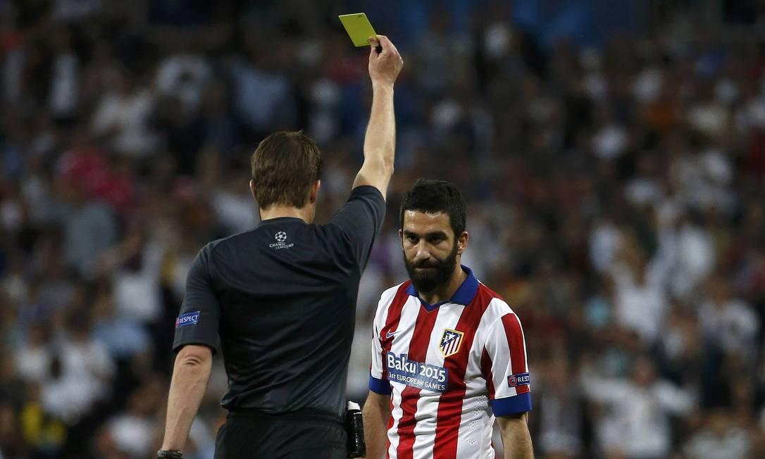 Arda Turan recebe cartão amarelo por falta em Kroos STRINGER/SPAIN / REUTERS