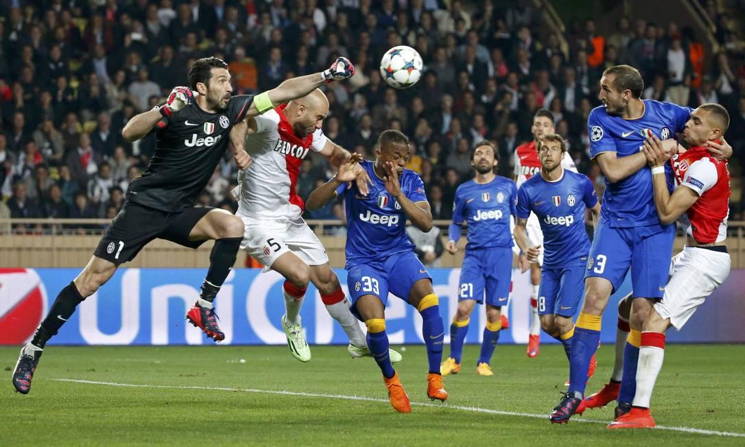 Buffon sai do gol e afasta o perigo da área da Juventus ERIC GAILLARD / REUTERS