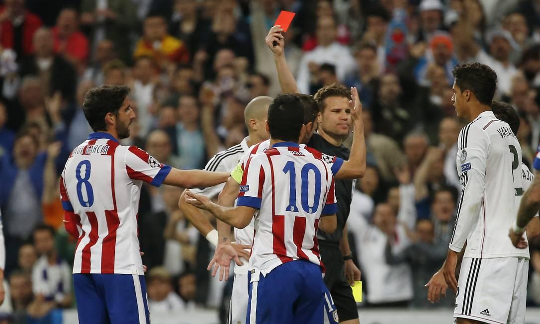 Após entrada em Sergio Ramos, Arda Turan é expulso e deixa o Atlético com um a menos Sergio Perez / REUTERS