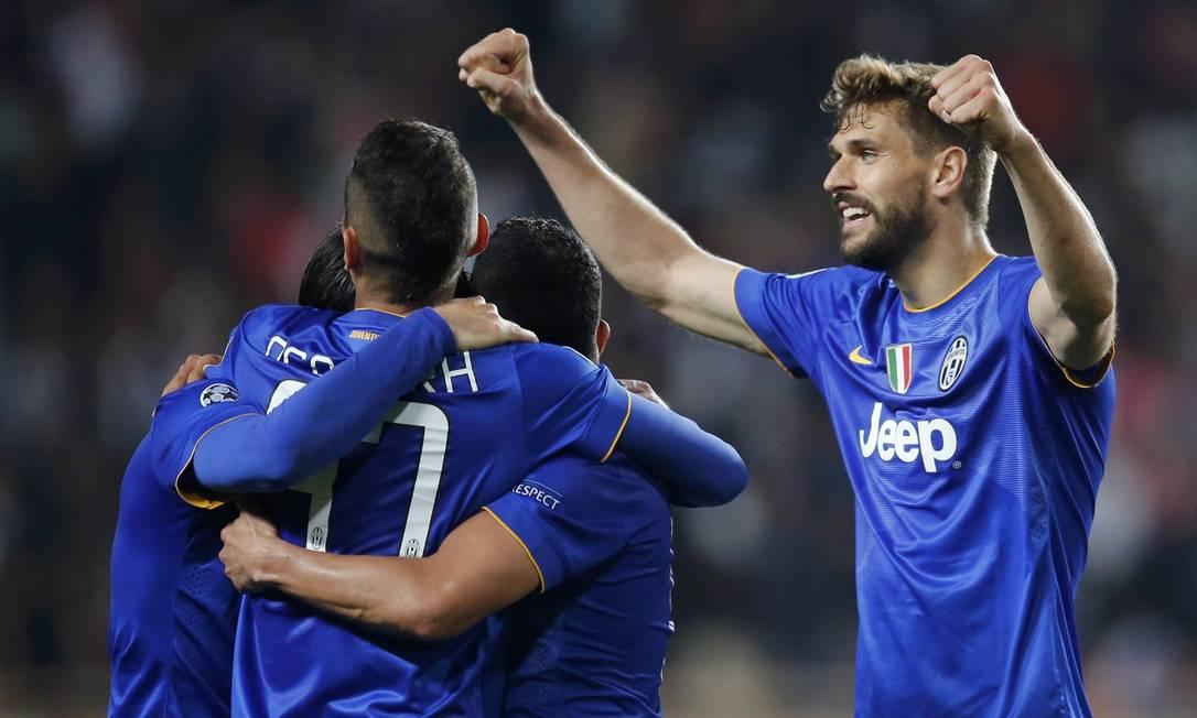Atletas da Juventus comemoram a vaga na semifinal após empate sem gols contra o Monaco JEAN-PAUL PELISSIER / REUTERS