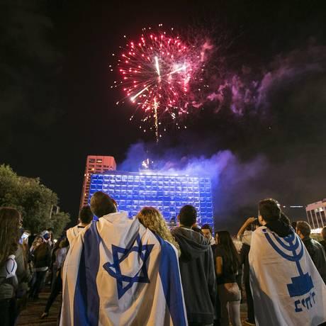 Em Tel Aviv, israelenses observam fogos de artifício no início das celebrações do Dia da Independência Foto: BAZ RATNER / REUTERS