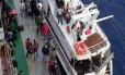 Migrantes emergentes. O iate apreendido pela polícia no Porto de Pozzallo transportava 98 sírios e palestinos