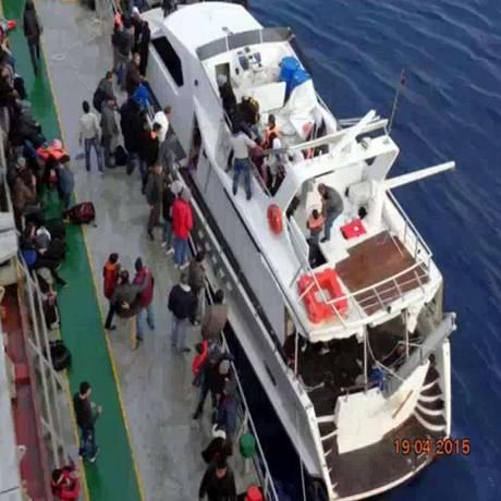 Migrantes emergentes. O iate apreendido pela polícia no Porto de Pozzallo transportava 98 sírios e palestinos Foto: Reprodução