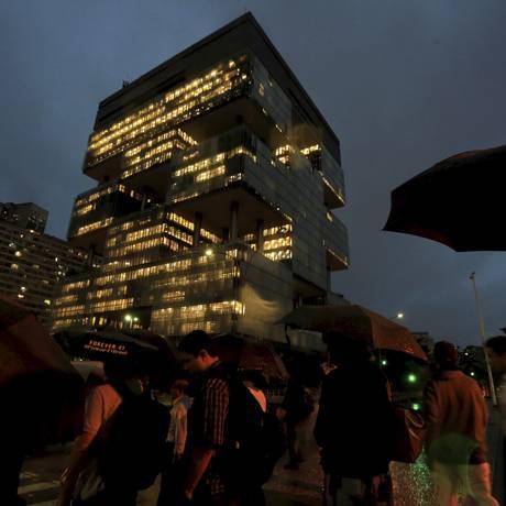 Nuvens negras sobre o prédio da Petrobrás na Av. Chile Foto: Fernando Quevedo / Agência O Globo