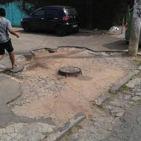Pedestre caminha por calçada esburacada em SP: cena comum na maior cidade brasileira Foto: Foto do colaborador Andrew de Oliveira / Divulgação