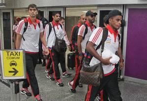 Wallace (no centro, ao fundo) disse que o Flamengo foi o melhor time do Estadual no desembarque da delegação rubro-negra Foto: Divulgação/Flamengo