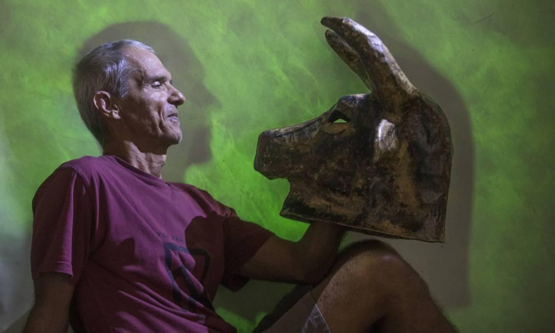 Aos 63 anos, Chacal posa com a lendária cabeça de minotauro que era usada pelo mestre de cerimônias do CEP 20.000: personagem estará de volta no espetáculo 'XXV', previsto para estrear no dia 1º de maio, no Espaço Sesc Foto: / ANTONIO SCORZA