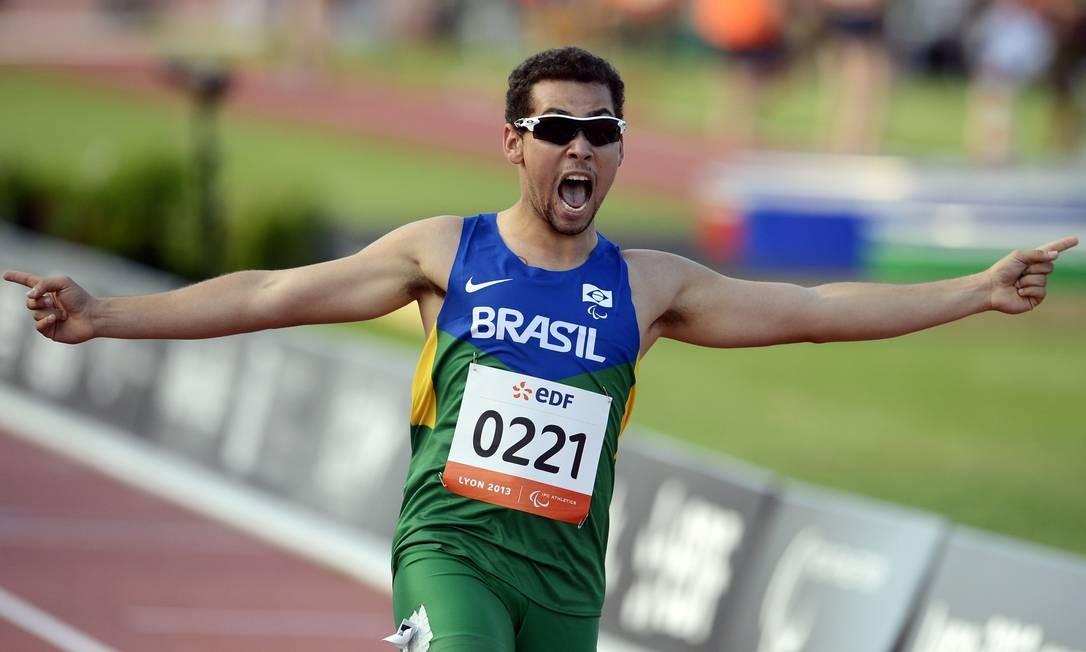 Alan Fonteles comemora sua vitória nos 200m T43 event do Mundial de Lyon em 2013 Foto: PHILIPPE MERLE/21-7-2013 / AFP