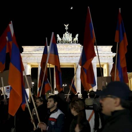 Armênios protestam diante do Portão de Brandemburgo, em Berlim, em memória dos cem anos do massacre Foto: FABRIZIO BENSCH / REUTERS