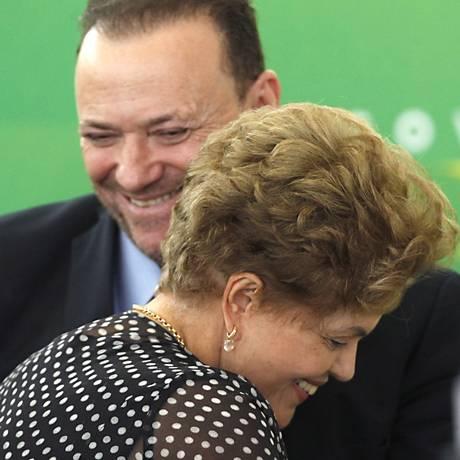 O ministro Edinho Silva com a presidente Dilma Rousseff Foto: Jorge William/31-3-2015 / Agência O Globo