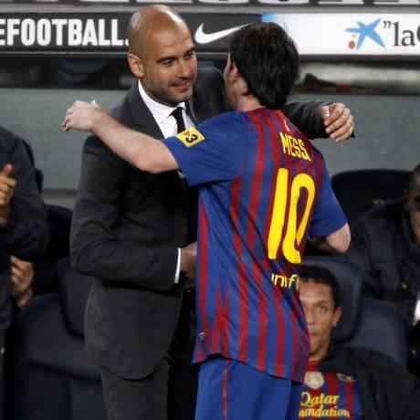 Guardiola e Messi quando estavam do mesmo lado no histórico time do Barcelona Foto: Gustau Nacarino / Reuters