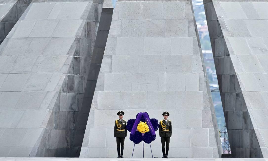 Soldados montam guarda em frente ao Memorial Tsitsernakaberd, em Erevan, durante uma cerimônia de comemoração do 100º aniversário do genocídio armênio Foto: KIRILL KUDRYAVTSEV / AFP