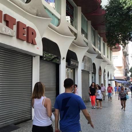 Lojas fechadas na Rua Moreira César, em Icaraí: Zona Sul junto ao Centro são as regiões mais afetadas, segundo o Sindilojas Foto: Fernanda Freitas / Agência O Globo