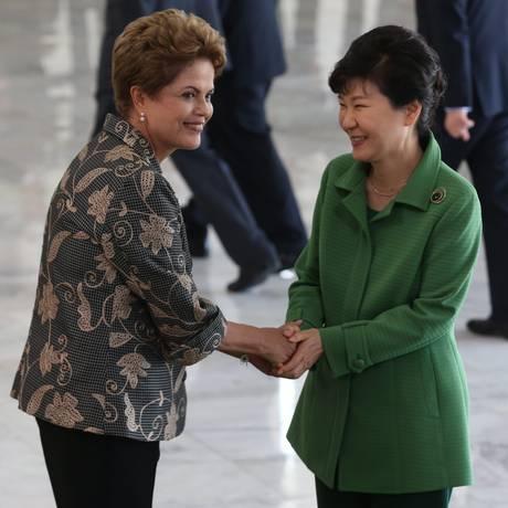 Dilma Rousseff recebe a presidente da República da Coreia, Park Geun-hye no Palácio do Planalto Foto: ANDRE COELHO/Agencia O Globo / Agência O Globo